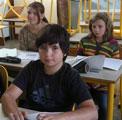 Un petit groupe en français tandis que d'autres font des maths.