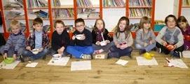 Les écoliers dégustant leur repas particulier. Photo Marie-Chantal Daspres