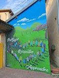 Une fresque accueille élèves et parents à l'entrée de l'école
